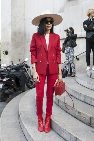 Come indossare: blazer doppiopetto rosso, t-shirt manica lunga bianca, jeans aderenti rossi, stivaletti in pelle rossi