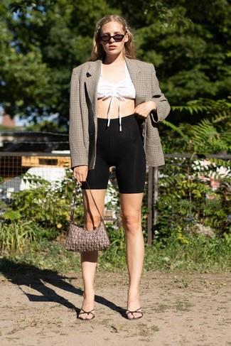 Come indossare: blazer doppiopetto a quadri marrone, top corto bianco, pantaloncini ciclisti neri, sabot in pelle neri