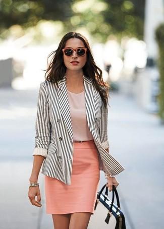 Come indossare: blazer doppiopetto a righe verticali bianco e nero, top senza maniche rosa, gonna a tubino rosa, cartella in pelle bianca e nera