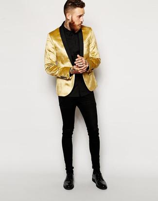 Come indossare e abbinare: blazer di velluto dorato, camicia elegante nera, jeans aderenti neri, scarpe derby in pelle nere
