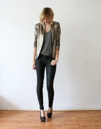 Come indossare e abbinare: blazer con paillettes dorato, canotta grigio scuro, jeans aderenti neri, décolleté in pelle neri