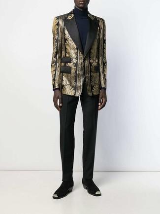 Come indossare e abbinare: blazer in broccato dorato, dolcevita blu scuro, pantaloni eleganti neri, stivali chelsea in pelle scamosciata neri