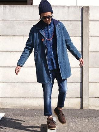 Come indossare: blazer di jeans blu, felpa con cappuccio blu scuro, camicia a maniche lunghe stampata blu, jeans blu scuro