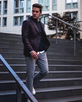 Come indossare e abbinare sneakers basse in pelle bianche: Opta per un blazer bordeaux e chino grigi per un look da sfoggiare sul lavoro. Per distinguerti dagli altri, prova con un paio di sneakers basse in pelle bianche.