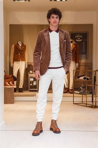 Trend da uomo 2021 in autunno 2021 in modo casual: Abbina un blazer di velluto a coste marrone con pantaloni sportivi bianchi per affrontare con facilità la tua giornata. Mettiti un paio di stivali da lavoro in pelle terracotta per un tocco più rilassato. Ecco una magnifica idea per creare il perfetto look autunnale.