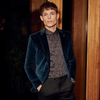 Come indossare e abbinare: blazer di velluto foglia di tè, camicia elegante con stampa cachemire nera, pantaloni eleganti neri, orologio in pelle nero