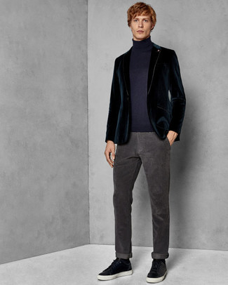 Come indossare e abbinare: blazer di velluto foglia di tè, dolcevita blu scuro, jeans grigio scuro, sneakers basse in pelle nere