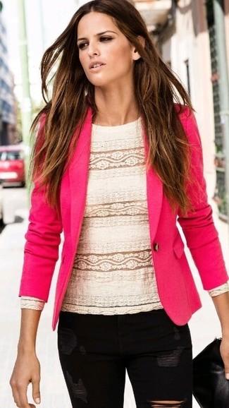 Come indossare e abbinare: blazer fucsia, camicetta manica lunga di pizzo bianca, jeans aderenti strappati neri, pochette in pelle nera