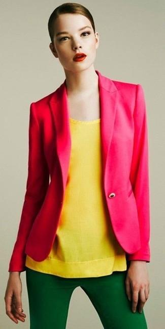 Come indossare e abbinare: blazer fucsia, top senza maniche giallo, pantaloni skinny verdi