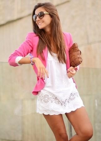 Come indossare e abbinare: blazer fucsia, vestito casual di pizzo bianco, pochette in pelle tessuta marrone, occhiali da sole marrone scuro