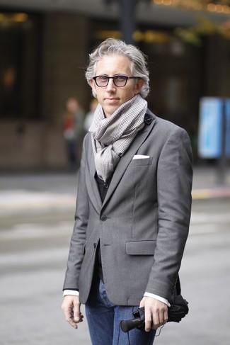 Come indossare: blazer grigio, gilet nero, camicia a maniche lunghe bianca, jeans blu scuro