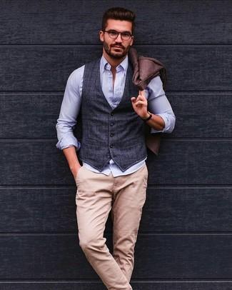 Come indossare e abbinare un gilet scozzese grigio scuro: Punta su un gilet scozzese grigio scuro e chino beige, perfetto per il lavoro.