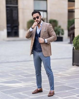 Come indossare e abbinare: blazer di lana a quadri marrone, gilet blu scuro, camicia a maniche lunghe azzurra, pantaloni eleganti blu