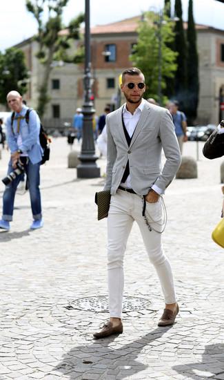 Come indossare e abbinare: blazer con motivo pied de poule bianco e nero, gilet nero, camicia a maniche lunghe bianca, jeans aderenti bianchi
