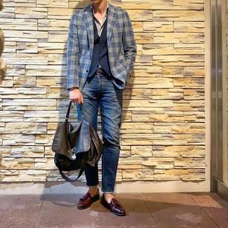 Come indossare e abbinare: blazer scozzese blu scuro, gilet blu scuro, camicia a maniche lunghe grigia, jeans blu scuro