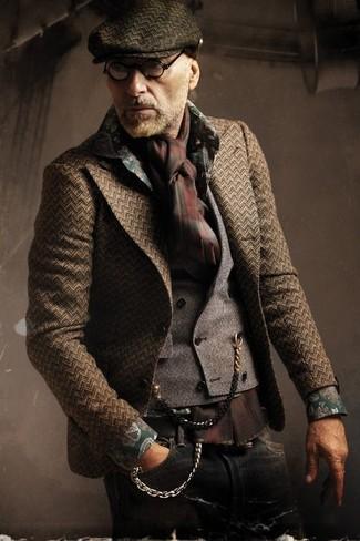 Come indossare: blazer a spina di pesce marrone scuro, gilet grigio, camicia a maniche lunghe a fiori verde scuro, jeans neri