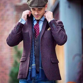 Come indossare: blazer di lana viola, gilet grigio scuro, camicia a maniche lunghe a quadri azzurra, jeans blu