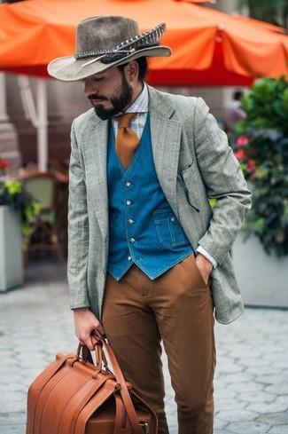 Come indossare e abbinare: blazer di lana scozzese grigio, gilet di jeans blu, camicia elegante scozzese azzurra, chino marroni