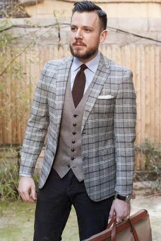 Come indossare e abbinare: blazer di lana scozzese grigio, gilet grigio, camicia elegante azzurra, jeans neri
