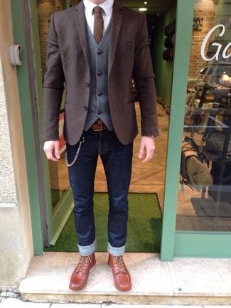 Come indossare: blazer di lana marrone scuro, gilet di lana grigio, camicia elegante bianca, jeans aderenti blu scuro