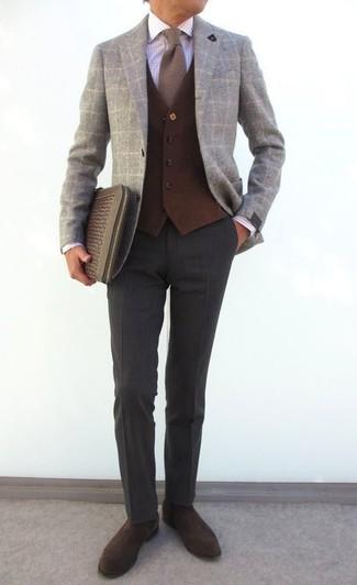 Come indossare e abbinare: blazer di lana a quadri grigio, gilet di lana marrone scuro, camicia elegante a quadri bianca, pantaloni eleganti di lana grigio scuro