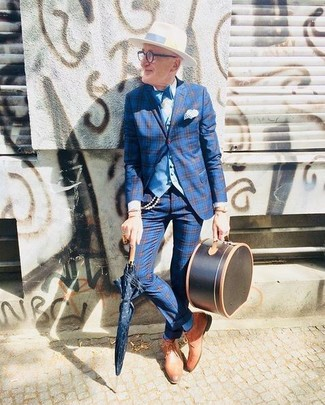 Come indossare e abbinare: blazer scozzese blu, gilet azzurro, camicia elegante bianca, pantaloni eleganti scozzesi blu
