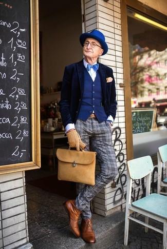 Come indossare e abbinare un blazer di velluto blu scuro: Metti un blazer di velluto blu scuro e pantaloni eleganti di lana scozzesi grigi per un look elegante e alla moda. Sfodera il gusto per le calzature di lusso e prova con un paio di stivali eleganti in pelle terracotta.