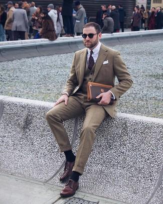 Come indossare e abbinare: blazer di lana verde oliva, gilet di lana verde oliva, camicia elegante bianca, pantaloni eleganti di lana verde oliva
