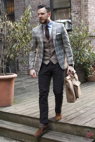 Come indossare e abbinare: blazer di lana scozzese grigio, gilet di lana grigio, camicia elegante azzurra, chino neri
