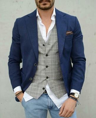 Come indossare e abbinare: blazer blu scuro, gilet a quadri grigio, camicia elegante bianca, jeans aderenti azzurri
