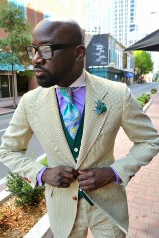 Come indossare e abbinare una cravatta stampata azzurra: Sfoggia il tuo aspetto migliore con un blazer a quadri giallo e una cravatta stampata azzurra.