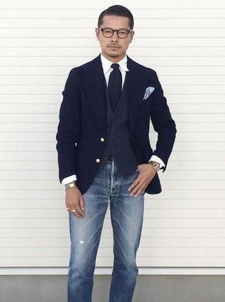 Come indossare e abbinare: blazer di lana blu scuro, gilet di lana grigio scuro, camicia elegante bianca, jeans strappati blu
