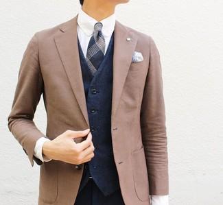 Come indossare e abbinare: blazer marrone, gilet blu scuro, camicia elegante bianca, pantaloni eleganti blu scuro