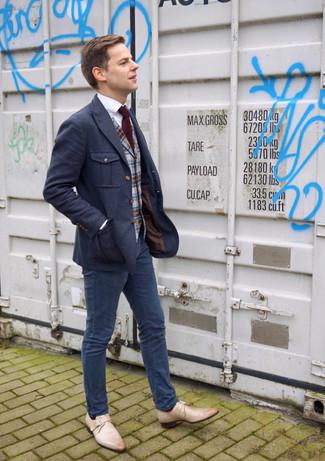 Come indossare e abbinare: blazer di lana blu scuro, gilet di lana scozzese grigio, camicia elegante bianca, chino blu scuro