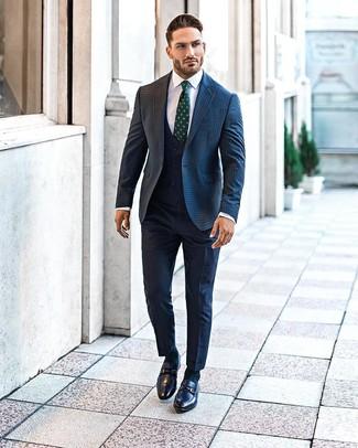 Come indossare e abbinare: blazer di lana a quadretti blu scuro, gilet blu scuro, camicia elegante bianca, pantaloni eleganti blu scuro