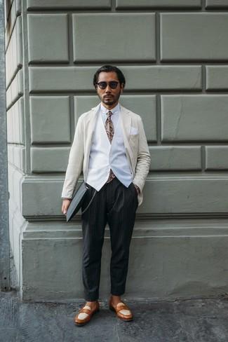 Come indossare e abbinare: blazer a righe verticali beige, gilet bianco, camicia elegante bianca, chino a righe verticali neri