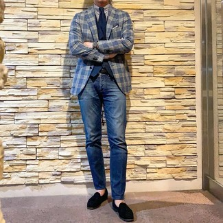 Come indossare e abbinare: blazer scozzese blu scuro, gilet blu scuro, camicia elegante a righe verticali bianca e blu scuro, jeans blu scuro