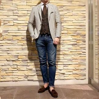 Come indossare e abbinare: blazer a righe verticali bianco, gilet marrone scuro, camicia elegante bianca, jeans blu scuro