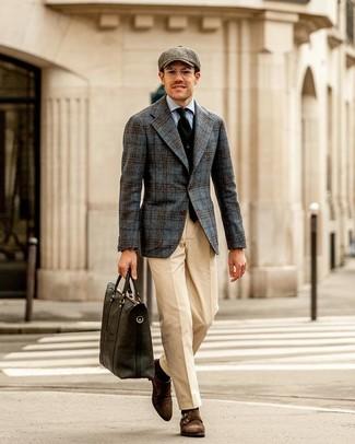 Come indossare e abbinare: blazer di lana scozzese grigio scuro, gilet nero, camicia elegante azzurra, pantaloni eleganti beige