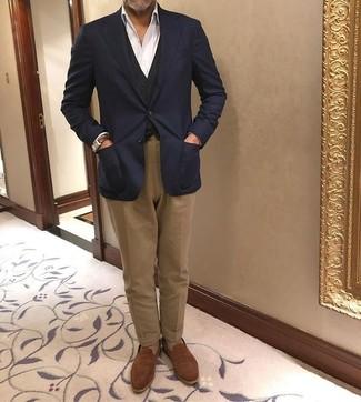 Come indossare e abbinare: blazer blu scuro, gilet nero, camicia elegante bianca, chino marroni