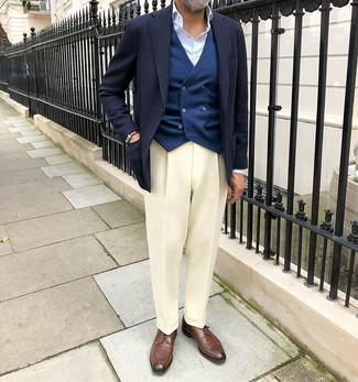 Come indossare e abbinare: blazer blu scuro, gilet blu scuro, camicia elegante azzurra, pantaloni eleganti bianchi