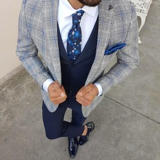 Come indossare e abbinare: blazer scozzese grigio, gilet blu scuro, camicia elegante bianca, pantaloni eleganti blu scuro