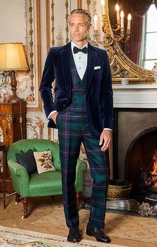 Come indossare e abbinare: blazer di velluto blu scuro, gilet scozzese verde scuro, camicia elegante bianca, pantaloni eleganti scozzesi verde scuro
