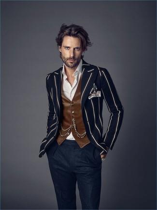 Trend da uomo: Indossa un blazer a righe verticali blu scuro con pantaloni eleganti di lana blu scuro per un look elegante e alla moda.