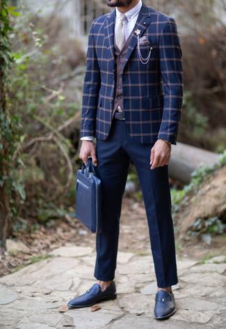 Come indossare e abbinare: blazer a quadri blu scuro, gilet marrone, camicia elegante bianca, pantaloni eleganti blu scuro