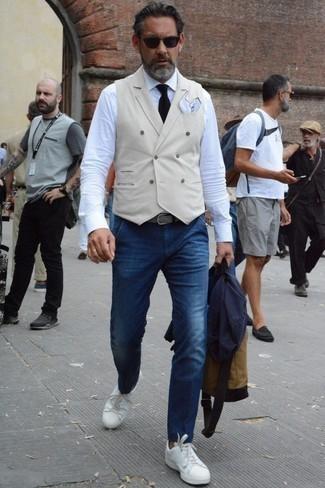 Come indossare e abbinare una cravatta lavorata a maglia nera: Abbina un blazer blu scuro con una cravatta lavorata a maglia nera per essere sofisticato e di classe. Per distinguerti dagli altri, scegli un paio di sneakers basse in pelle bianche come calzature.