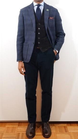 Come indossare e abbinare un gilet nero: Potresti combinare un gilet nero con pantaloni eleganti blu scuro per essere sofisticato e di classe. Indossa un paio di scarpe oxford in pelle marrone scuro per avere un aspetto più rilassato.