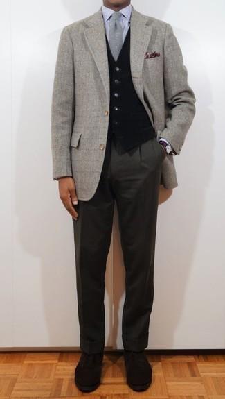 Come indossare e abbinare un gilet nero: Potresti abbinare un gilet nero con pantaloni eleganti grigio scuro per una silhouette classica e raffinata Per un look più rilassato, calza un paio di scarpe oxford in pelle scamosciata nere.
