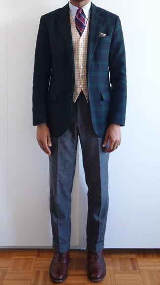 Come indossare e abbinare chino di lana grigio scuro: Abbina un blazer scozzese blu scuro e verde con chino di lana grigio scuro per un look davvero alla moda. Scarpe oxford in pelle bordeaux impreziosiranno all'istante anche il look più trasandato.