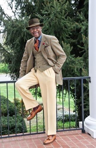 Come indossare e abbinare una cravatta stampata arancione: Coniuga un blazer con motivo pied de poule marrone chiaro con una cravatta stampata arancione come un vero gentiluomo. Perfeziona questo look con un paio di mocassini con nappine in pelle terracotta.